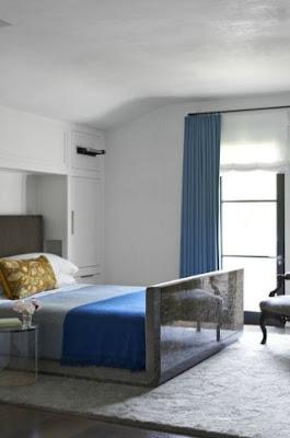 Das minimalistische Schlafzimmer bietet wenig Platz