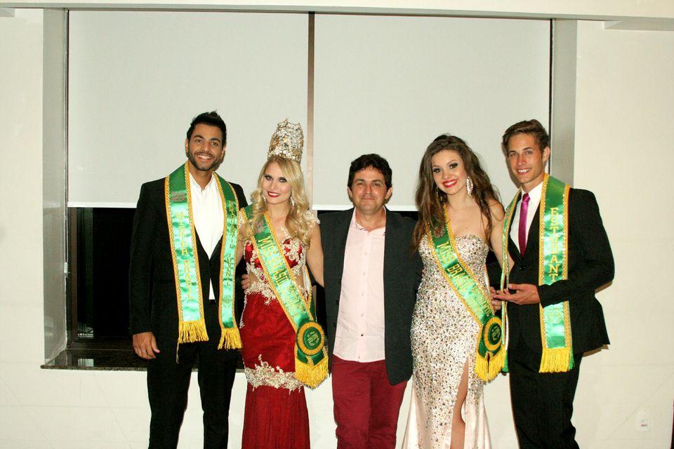 Beto Ferraz posa para foto com os vencedores do Miss e Mister Brasil Estudantil 2016. Foto: Divulgação