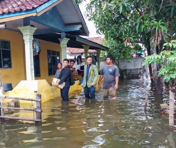 Banjir Bekasi Mahasiswa Sekolah Tinggi Agama Islam Nur El-Ghazy Turun Aksi