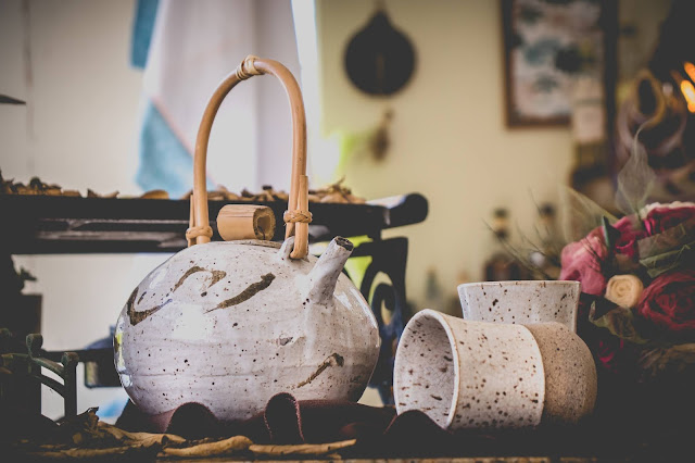 Bule e copos de cerâmica