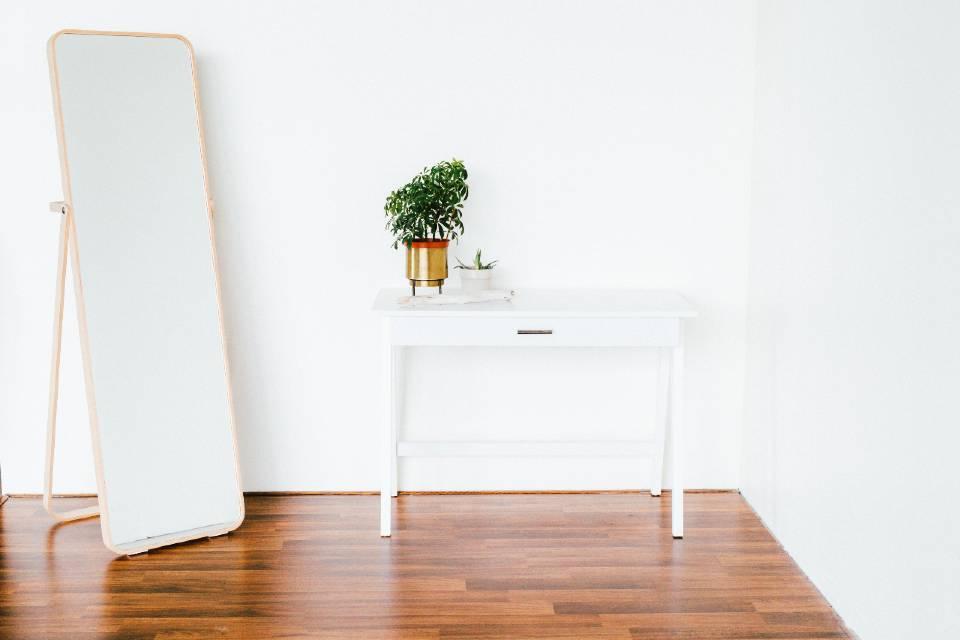 Hogar minimalista: salón con mesa y silla.