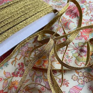 Lurex guld elastik sælges i metermål.