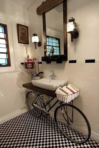 Membuat wastafel di atas sepeda (atau menyimpan sepeda di bawah wastafel?) ini adalah ide yang cerdik. Aku ingin punya wastafel seperti ini di rumahku.
