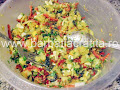 Salata orientala preparare reteta - amestecam toate ingredientele intr-un vas incapator