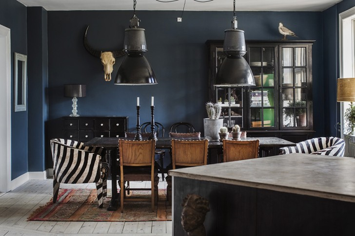 Mixing Of Styles And Different Elements That Exist Harmoniously In This Apartment Natural Shades Dark Dramatic Colors Beautiful Vintage Objects
