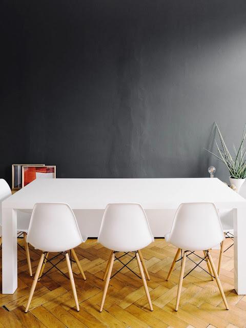 04. Gunakan abu-abu gelap di ruang makan.