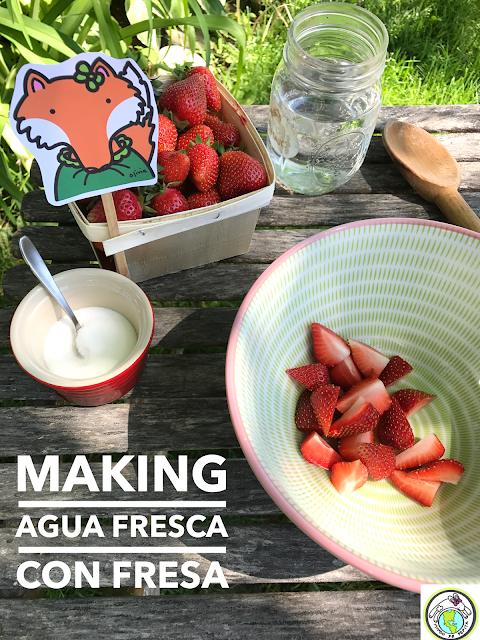 Making Agua Fresca con Fresa