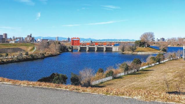 荒川の右岸を河口から戸田まで遡り、左岸に渡り河口の葛西臨海公園まで下るサイクリングコース