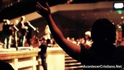 líderes de adoración en la iglesia
