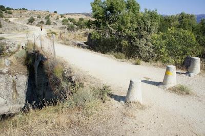 Puente medieval del Batán con el grupo de senderismo - escapadillas.com