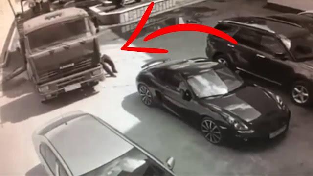"""رجل شجاع يظهر فجأة ينقذ شاحنة من الأصطدام بيده مع عدة سيارات فارهة """"فيديو"""""""