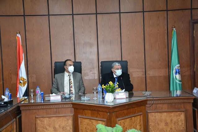 محافظ المنيا يعقد الاجتماع الدوري مع نواب البرلمان ويناقش عددا من الملفات الهامة