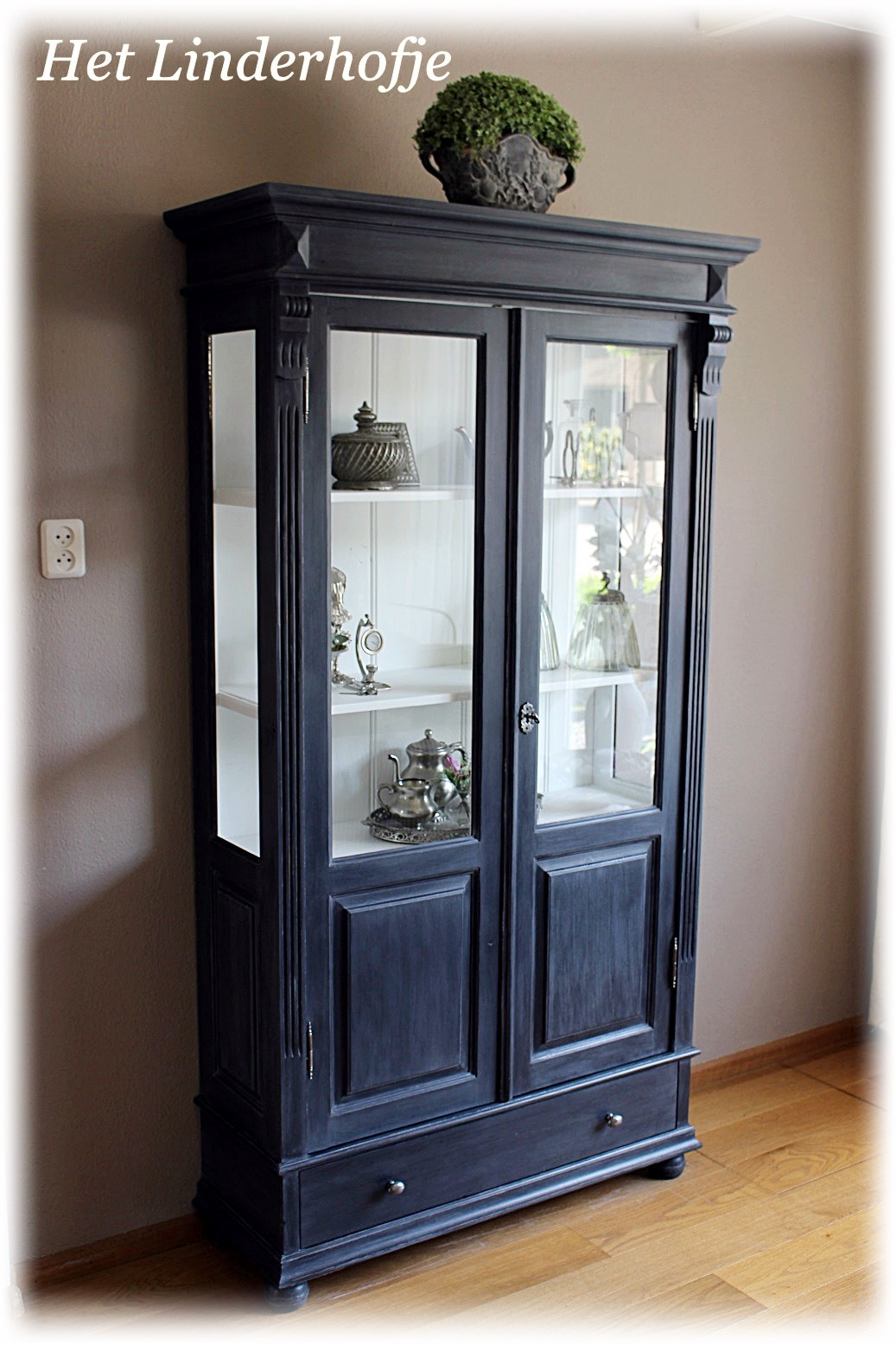 Het Linderhofje woonaccessoires  Zwarte  grijze landelijke, brocante vitrine  servies kast