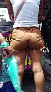 Sabrosas nalgas paradas calle shorts entallados