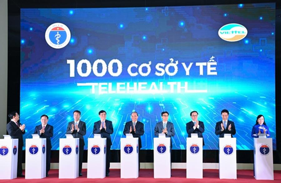 Thủ tướng Nguyễn Xuân Phúc và các đại biểu thực hiện nghi thức khánh thành kết nối 1.000 cơ sở khám, chữa bệnh từ xa.