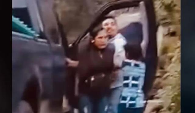 VIDEO.- Mami, no, mami, no, por favor graban 2 hijos como hombres levantan y se llevan en una camioneta a su mamá en Metlatónoc, Guerrero