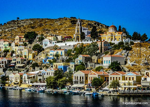 """Vila do Chório, a """"cidade alta"""" da ilha grega de Sými, no Dodecaneso"""