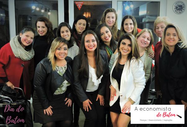 Foto de mulheres participantes do evento Dia do BAtom, em 2016, realizado pelo blog A Economista de Batom