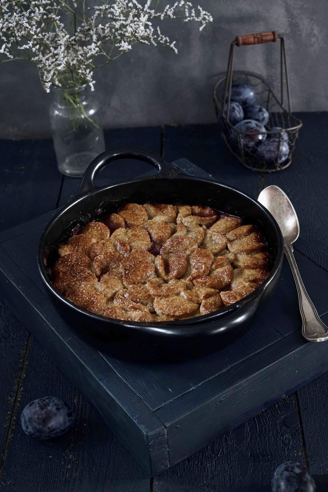 dessert d'automne aux quesches , prunes , farine de seigle , farine d'épeautre