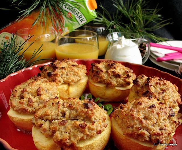 Jabłka zapiekane z kaszą jaglaną i szklanka soku do śniadania