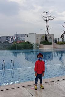 Berfoto di kolam renang