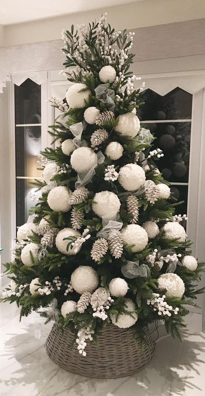 White Christmas Decor Ideas Which are Effortlessly Elegant & Luxurious