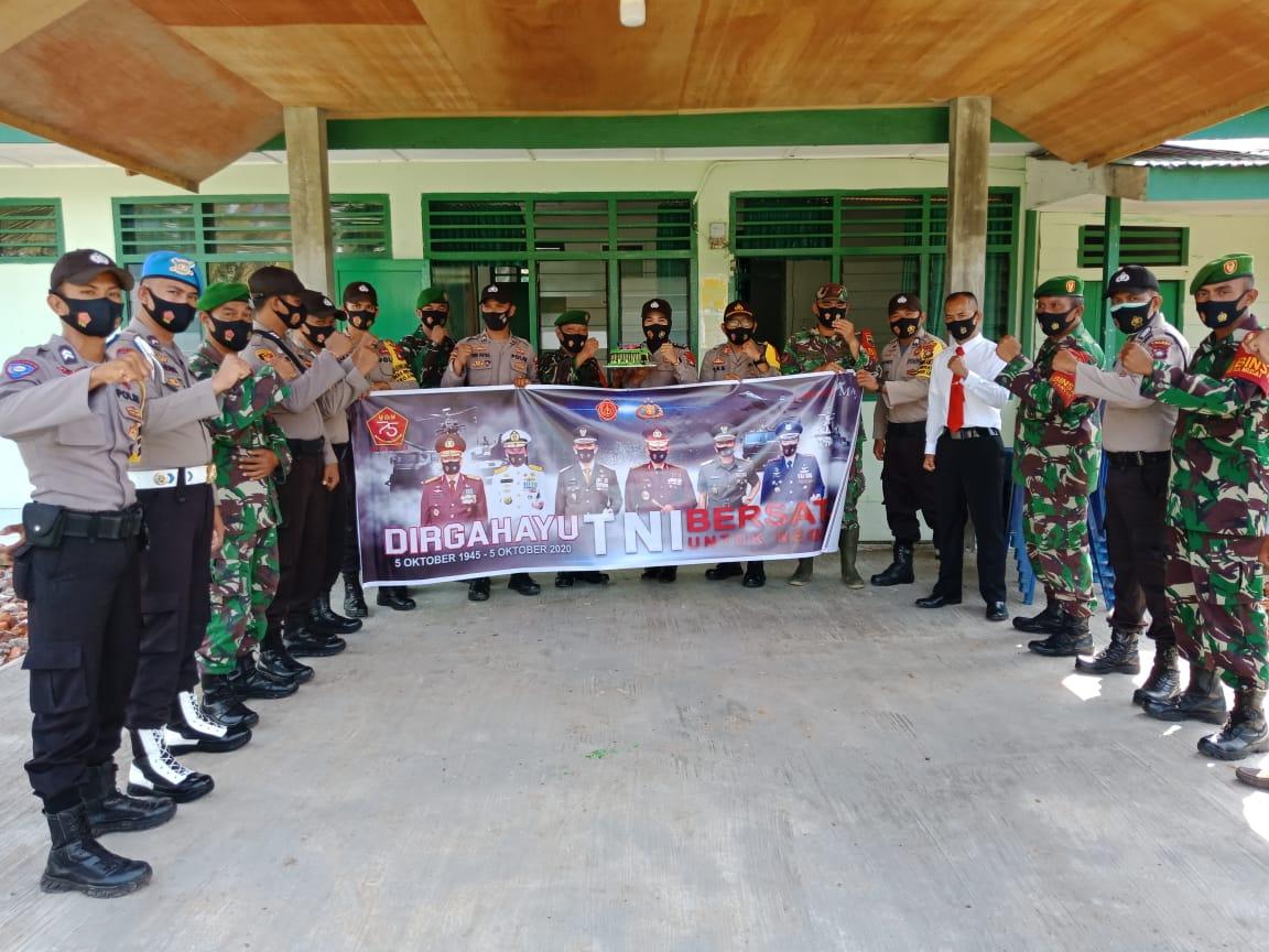 Dalam Rangka HUT TNI Ke 75, Kapolsek dan Anggota Polsek Daik Lingga Kunjungi Makoramil 05 Daik