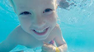 مراحل نمو الطفل (فوائد السباحة للاطفال)