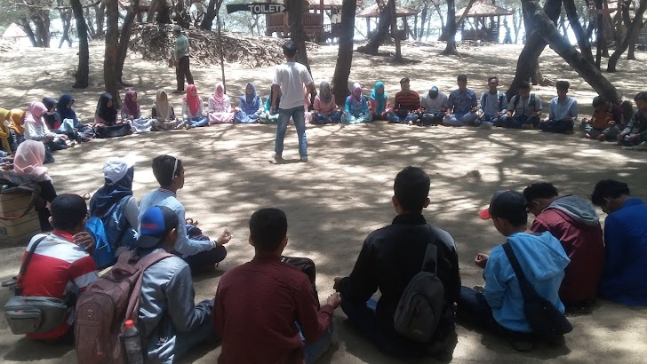 Pantai Lombang Diserbu Puluhan Mahasiswa