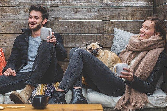 Dua orang yang tengah menikmati hari mereka