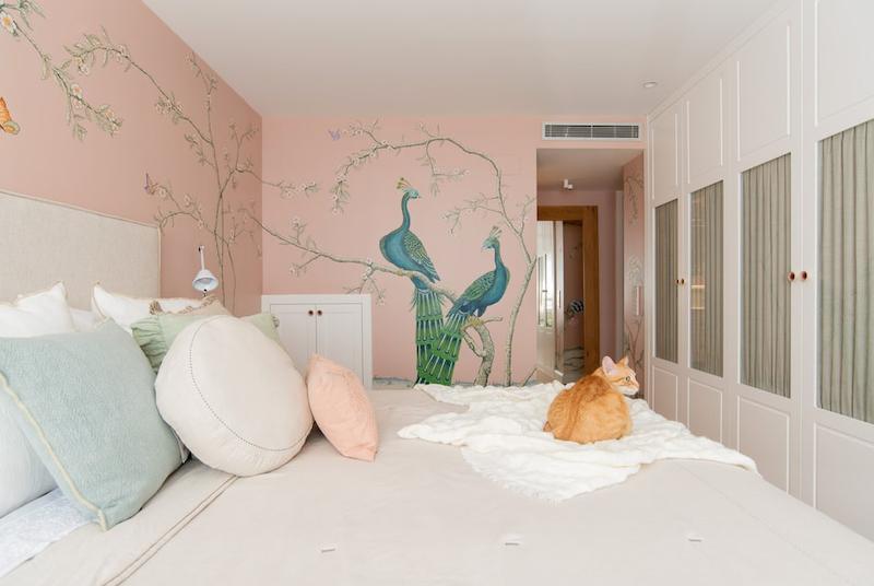 Papel pintado en dormitorio de estilo clásico