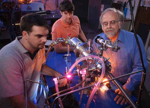 Cientistas da NASA Michel Nuevo, Christopher Materese e Scott Sandford - meteoritos trouxeram blocos essenciais para o DNA à Terra