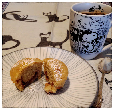 muffin al limone con cuore di ciliegia aperto