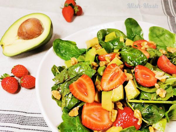 Свежа салата с ягоди и авокадо