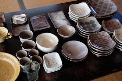 生坂村の古民家カフェ ひとつ石の皿と器とガラスコップ