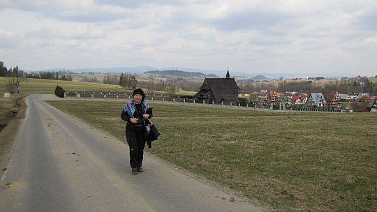 Opuszczamy Skrzypne. W tle widać kaplicę cmentarną.