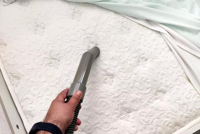 Detaylı yatak temizliğinin ilk adımı, yatağınızı elektrik süpürgesiyle detaylı süpürmektir. Süpürmek, toz akarları ve bakterilerin oluşumunu azaltır.