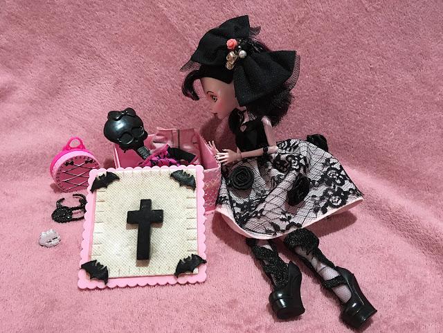 boneca draculaura com caixinha de itens fofos
