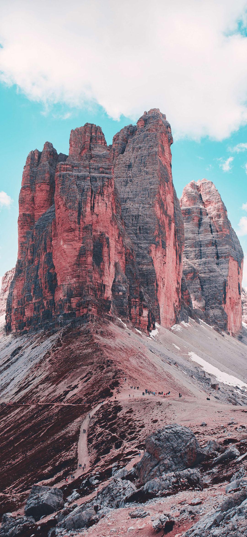 خلفية جبل صخري بني تحت السماء الزرقاء