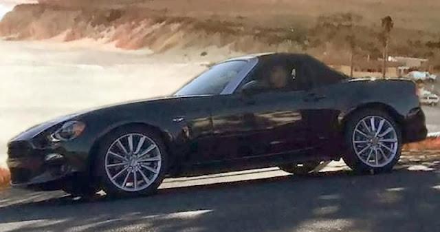 公式写真の撮影中?マツダロードスターがベースの新型「フィアット124スパイダー」の姿が明らかに!