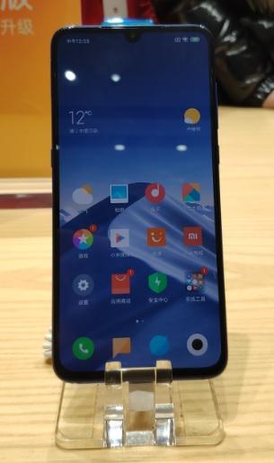 يحمل شاومي Mi 9 مواصفات هواتف الفئة العليا لكن من دون السعر المرتفع لهذه الهواتف. حيث يضم الهاتف معالج Snapdragon 855 وذاكرة رام 6 جيجابايت وسعة تخزين تتراوح بين 64 و 256 جيجابايت، بالإضافة لبطارية بسعة 3300 ميلي أمبير تدعم الشحن السريع بقوة 27 واط والشحن اللاسلكي بقوة 18 واط.  يأتي Xiaomi Mi 9 بكاميرا ثلاثية العدسات، الأساسية منها بدقة 48 ميجابيكسل و 16 ميجابيكسل لعدسة التصوير العريض و 12 ميجابيكسل لعدسة التقريب الذي يبلغ 2x. أما كاميرا السيلفي فهي بدقة 20 ميجابيكسل.