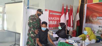 Pelaksanaan Vaksinasi Massal, Babinsa 05/PC Lakukan Pengamanan
