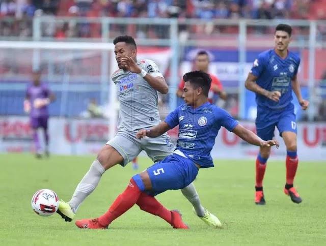 Petik Kemenangan Di Kandang Singo Edan, Persib Bandung Puncaki Klasemen Sementara