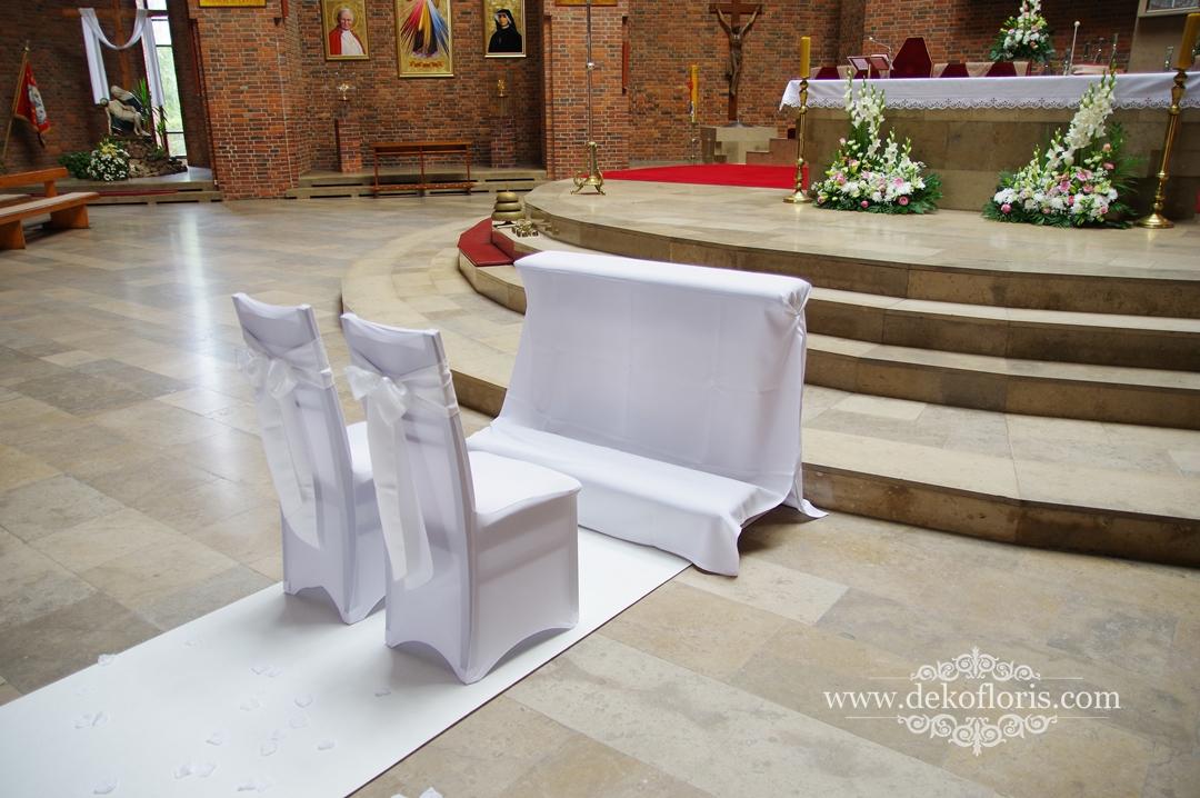 Klęcznik i krzesła Młodej Pary ozdobiły białe pokrowce ślubne