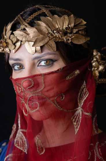 Nadi (Camila Rodrigues) com coroa e lenço no rosto