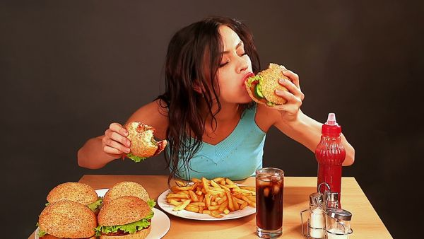 Bahaya Makan Terlalu Cepat Penyebab Perut Kembung