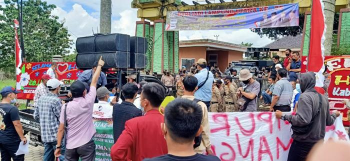 HUT Lampura Diwarnai Aksi Massa Yang Nyaris Bentrok Dengan Aparat Kepolisian