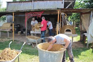 Application de la couche isolante sur les fours à pain en terre lors d'un stage