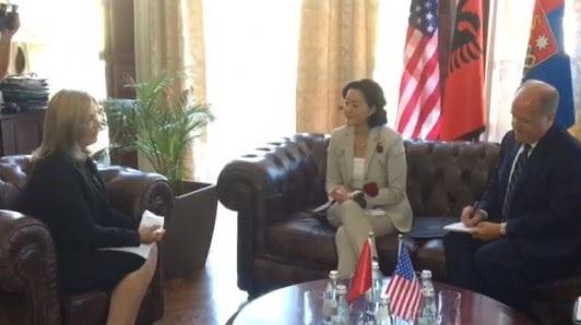 L'ambasciatrice statunitense Yuri Kim e la sindaca di Scutari, Voltana Ademi,