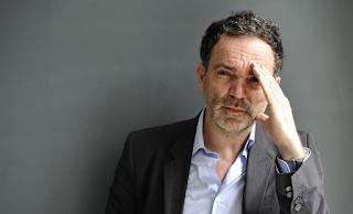 Γάλλος συγγραφέας: «Οι γυναίκες άνω των 50 είναι πολύ γερασμένες για έpωτα»